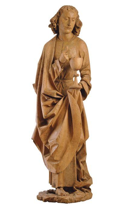 Stehende Ganzfigur des Johannes mit Kelch in der linken Hand. Er ist mit einem weiten, in große Faltungen gelegten Umhang bekleidet.