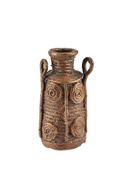 Kleine Flasche aus Bronze mit seitlichen Henkeln und Spiralen als Verzierung.