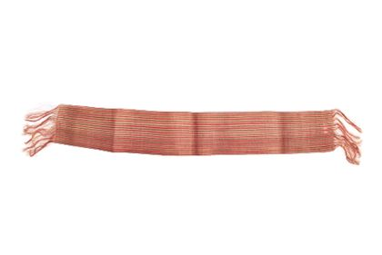 Gewebeband aus den feinen Pisang-Fasern der Banane mit schwarzen und roten Streifen verziert sowie mit Fransen am Ende versehen.