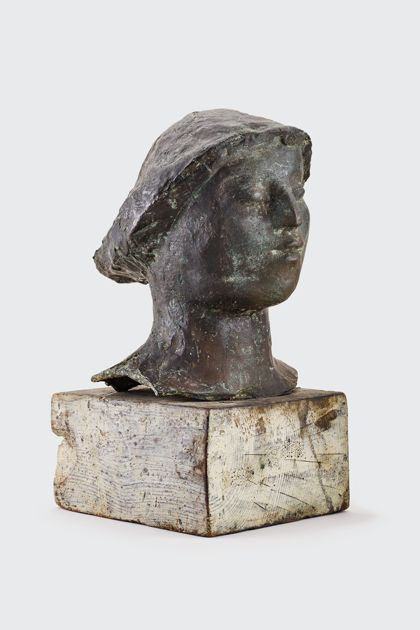 Bronzekopf mit Hut auf Holzsockel