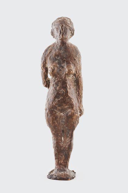Bronzefigur einer Stehenden mit abgewinkeltem Arm, Vorderansicht