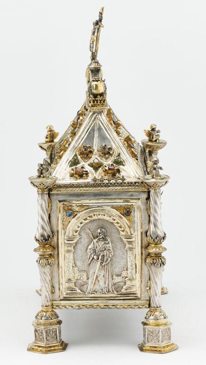 Silbernes Reliquienkästchen in Form eines Hauses, teils vergoldet und mit Edelsteinen, Perlen und Glasflüssen verziert, Ansicht der Schmalseite.