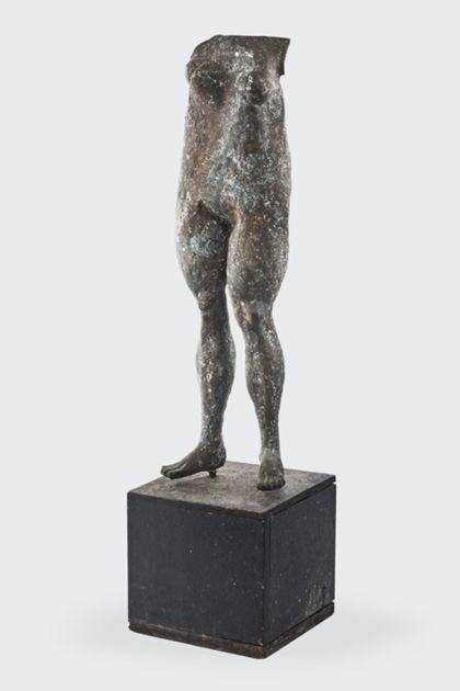 Bronzeplastik eines stehenden weiblichen Torso auf Holzsockel