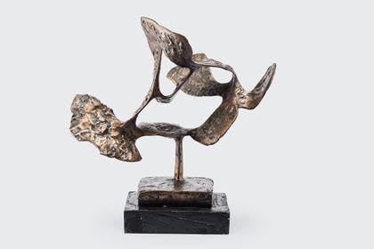 Abstrakte Bronzeskulptur mit breiter flatternder Bandform und Durchbrüchen auf schmaler Stütze über rechteckiger Grundplatte