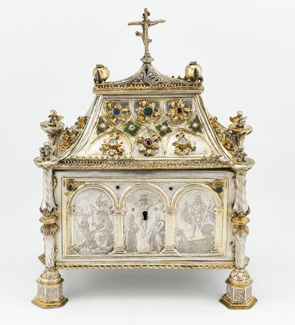 Silbernes Reliquienkästchen in Form eines Hauses, teils vergoldet und mit Edelsteinen, Perlen und Glasflüssen verziert.