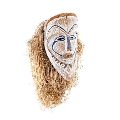 Weißgrundierte Stülpmaske mit scharf vorspringender Stirn, kantiger Nase und bis zum Mund gezogenen Augenlinien in blauer Farbe. Bastfasern stellen die Haare dar,