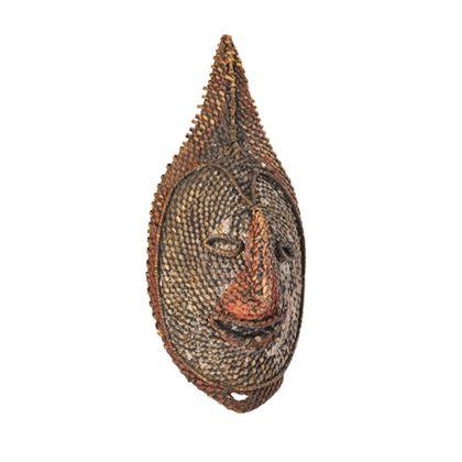 Geflochtene, ursprüngliche mit weißer und roter Farbe bemalte Yamsmaske mit der Darstellung eines menschlichen Gesichtes.