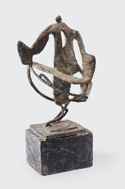 Dreibeinige Bronzeskulptur, bestehend aus Flächen und Öffnungen mit bekrönender Kugel auf quadratischem Sockel