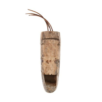 Musikinstrument; der Klangkörper wurde aus einem Stück Holz gefertigt. Der Deckel ist aus Holz und ist mit Lederriemen versehen. Gebogene dünne Rundhölzer dienen als Hals und Träger der Saiten.