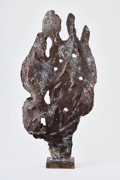 Bronzeskulptur mit flachem blattförmigem durchlöchertem Relief und aufgesetzten eckigen Elementen auf rechteckigem Sockel