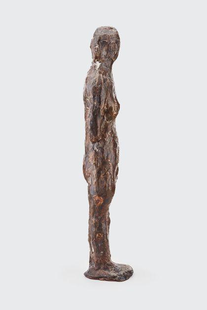 Bronzefigur einer Stehenden mit abgewinkeltem Arm, Seitenansicht nach rechts
