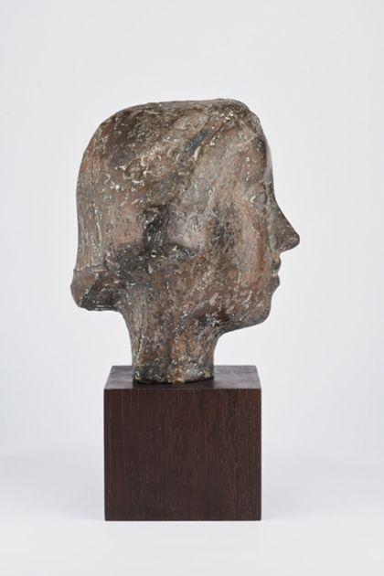 Bronzekopf einer jungen Frau mit mandelförmigen Augen und kurzem Haar auf Holzsockel, Seitenansicht nach rechts