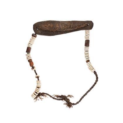 Halsschmuck aus länglichen Lederplättchen, Scheibenperlen aus Straußenei-Schale und Holzperlen.