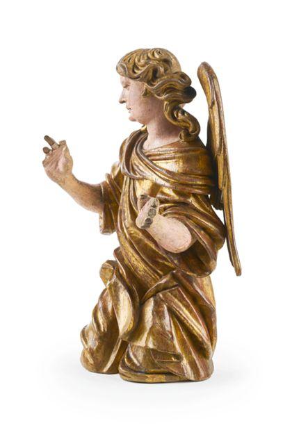 Seitenansicht von rechts: Der Engel kniet und hat den Blick gesenkt. Sein Gewand ist vergoldet und virtuos drapiert.