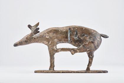 Bronze eines Elchs mit Einkerbungen auf Standplatte