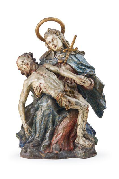 Das kleinformatige Vesperbild zeigt die trauernde Maria, ihren toten Sohn auf dem Schoß haltend. In ihrer Brust steckt das Schwert des Schmerzes.