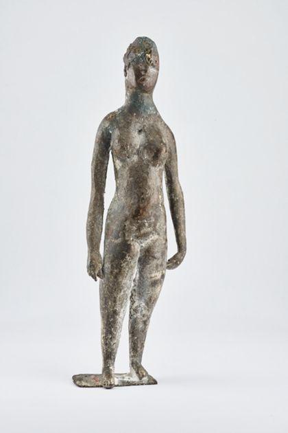 Bronzefigur eines stehenden weiblichen Aktes mit langem Haar auf schmaler Standplatte, Vorderansicht