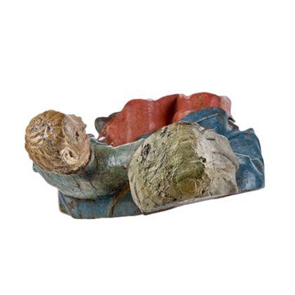 Gefasste Holzskulptur der thronenden Muttergottes, die das seitlich neben ihr auf der Bank stehende Jesuskind im Arm hält, Ansicht von oben.