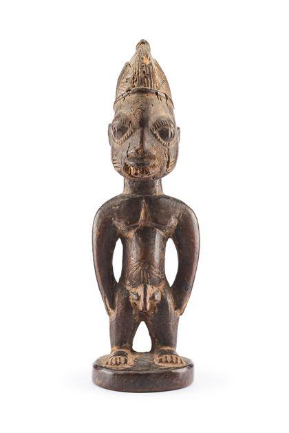 Ibeji Figur aus braunem Holz mit Schmucknarben im Gesicht und am Bauch.