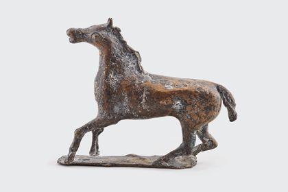 Bronze eines bewegten Pferdes auf Standplatte, Seitenansicht nach links