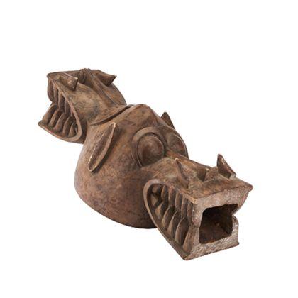 Aus einem Stück Holz gearbeitete Kopfaufsatz-Maske. Am Kopfteil, in Form einer runden, nach oben spitz zulaufenden Mütze, befinden sich an zwei Seiten je ein Krokodilkopf.