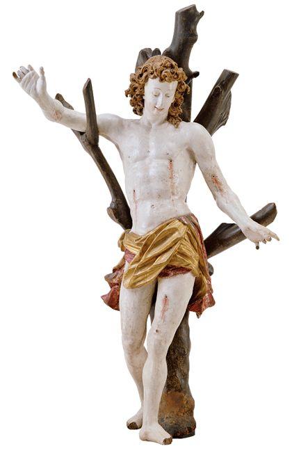 Ganzfiguriger Sebastian an einem Baumstamm mit kahlen Ästen. Der gemarterte Heilige wird als athletische Schönheit dargestellt.