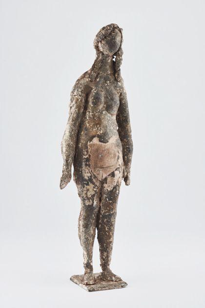 Bronzefigur eines stehenden weiblichen Aktes mit Bearbeitungsspuren auf schmaler Standplatte