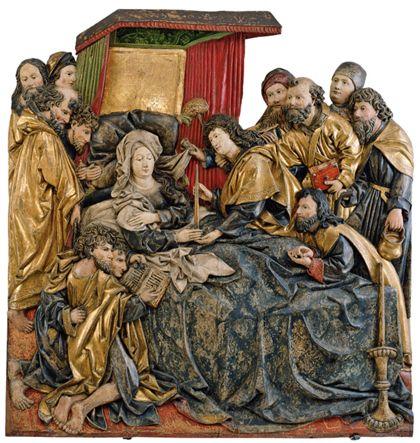 Gefasstes Holzrelief mit der Darstellung des Marientodes, wobei sich die Apostel um das Sterbelager Marias versammelt haben.