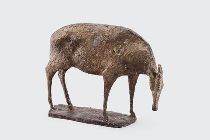 Bronze einer Hirschkuh mit gesenktem Kopf