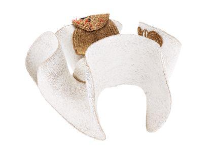 Weißer Strohhut mit an den Seiten hochgestellter Krempe und Strohkokarde