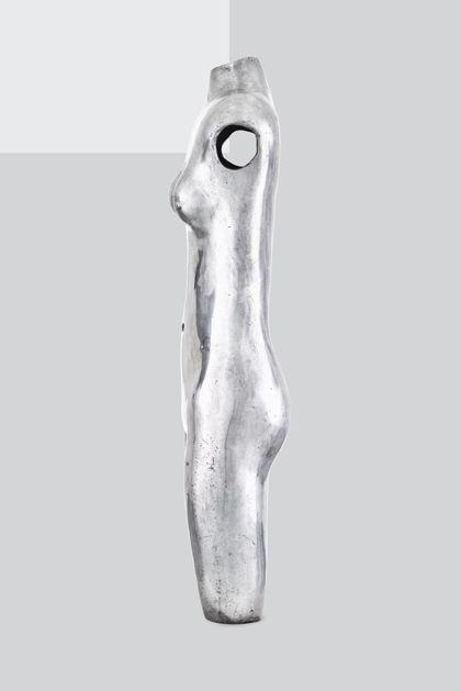 Weiblicher Akttorso aus poliertem Aluminium, Seitenansicht nach links