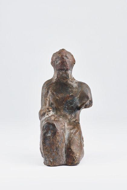 Abstrakte Bronzefigur einer Sitzenden mit fehlendem rechten Arm