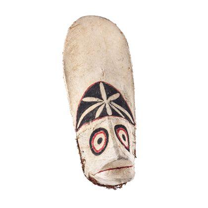 Eine aus Rindenbaststoff gefertigte, weiße Maske, die in roter und schwarzer Bemalung ein Tier darstellt mit Augen in Form von konzentrischen Kreisen und kurzem, leicht geöffnetem Schnabel. Über den Augen ist die Zunge erweitert und durch ein sternförmiges Muster verziert.