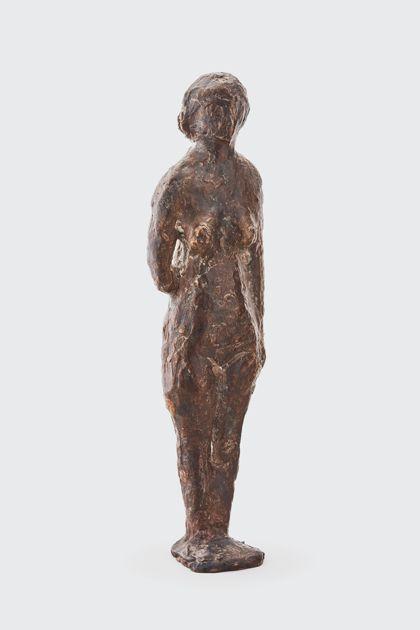 Bronzefigur einer Stehenden mit abgewinkeltem Arm