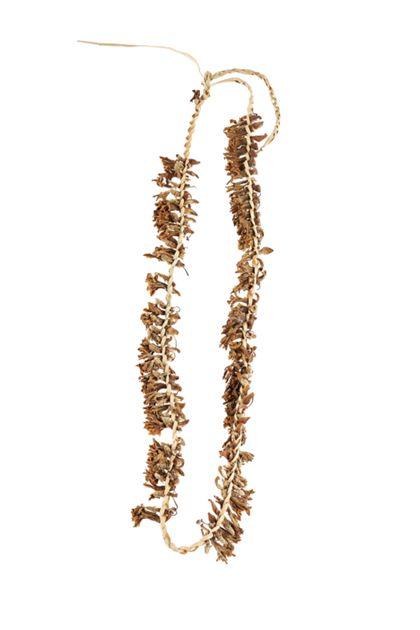 Halskette aus Pandanuss-Blattstreifen, eingeflochten Mangroven-Blüten.