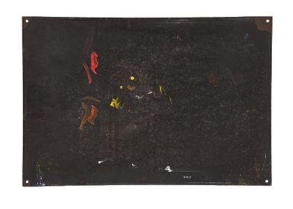Rückseite des Werbeschilds. Die Rückseite ist schwarz mit roten und gelben Flecken.