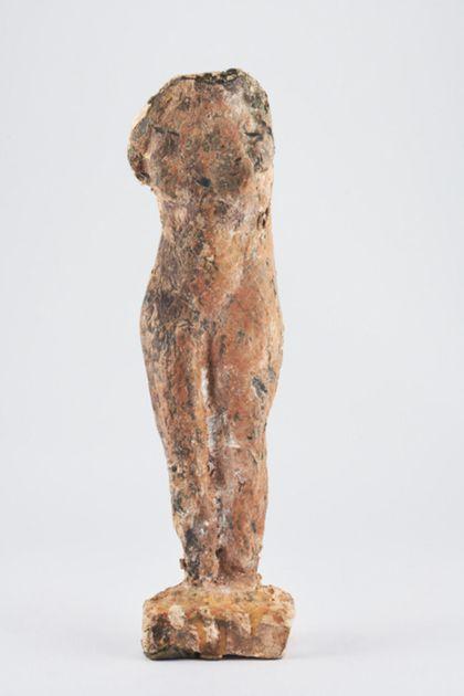 Bronzefigur eines weiblichen nackten Torso mit unbehandelter, rauer Oberfläche auf schmaler Platte