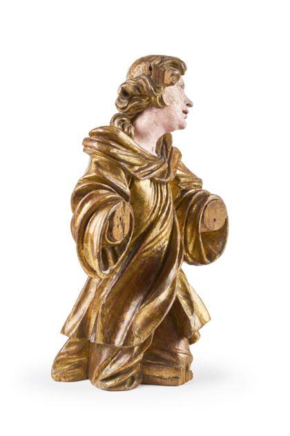 Der Engel kniet und hält die Arme ausgebreitet nach vorne. Sein Gewand ist vergoldet und virtuos drapiert.