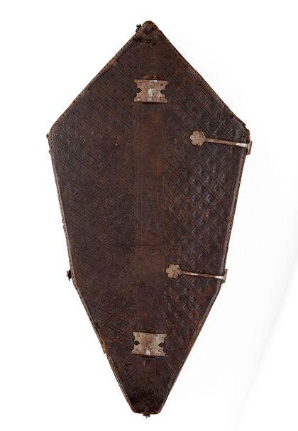 Futteral aus Leder, in dem das Oberteil des Kreuzes aufbewahrt werden konnte, Rückseite.