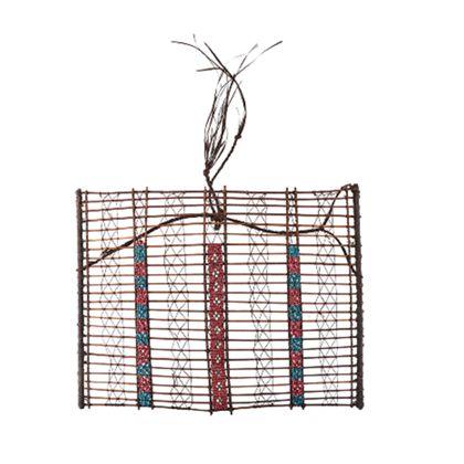 Schmuck-Gitter aus feinen Bambus-Stäbchen, gebunden und geflochten mit dünner Faser-Schnur, besetzt in drei Streifen mit roten, blauen und weißen Glasperlen.