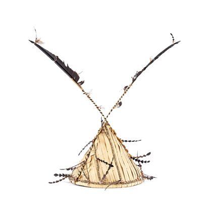 Spitzhut aus Palmblatt mit Geflechtschnüren, Muschelscheiben und Federn verziert.