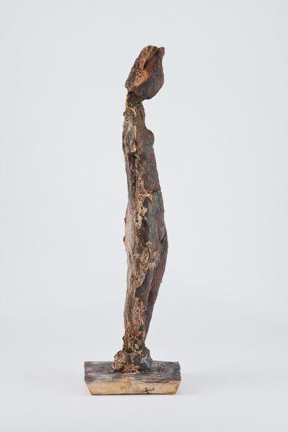 Bronzefigur eines stehenden weiblichen armlosen Aktes, Seitenansicht nach rechts