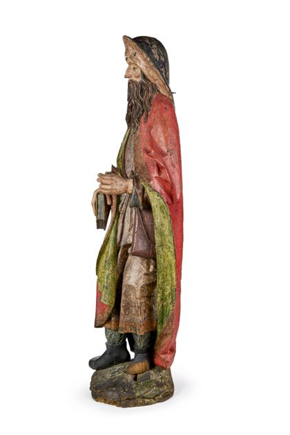 Gefasste Holzskulptur des heiligen Jakobus des Älteren in der Tracht der Santiago-Pilger mit breitkrempigem Hut, Wanderstab (verloren) und Reisetasche, Seitenansicht von rechts.
