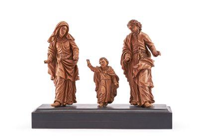 Vollrund gearbeitete Skulpturengruppe der heiligen Familie auf neuem Sockelbrett, Frontansicht.