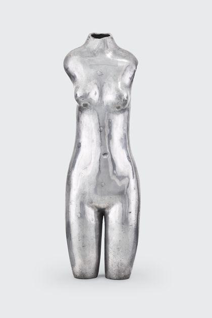 Weiblicher Akttorso aus poliertem Aluminium, Vorderansicht