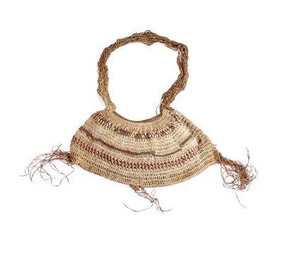 Eine kleine Netztasche, deren pflanzliche Faserschnur teilweise braun, rotbraun und schwarz eingefärbt ist und an den Unterkante zu Fransen ausläuft.