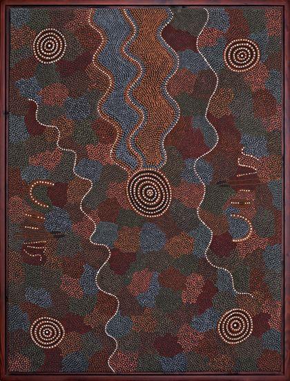 Dieses Gemälde der modernen Acrylmalerei der Aborigines zeigt die Reise der Ahnen in der Landschaft von oben und ist in den Farben rot, grün, blau und rotbraun gehalten. Mit konzentrischen Kreise in weißer Farbe sind Wasserlöcher dargestellt.