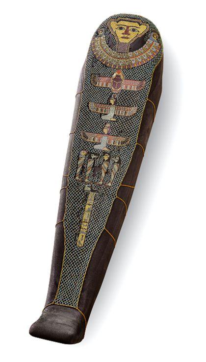 Ein auf einem Mumiendummy aufliegendes Perlennetz aus farbigen Fayence-Perlen. In die rautenförmige Netzstrukturen sind figürliche Motive eingearbeitet, die Aufschlüsse zum Totenglauben der Ägypter bieten.